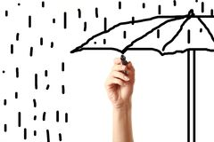 Hand die een paraplu met zwarte teller trekt Stock Foto's