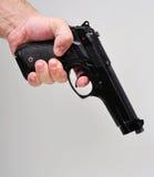 Hand die een pistool houdt Royalty-vrije Stock Afbeeldingen