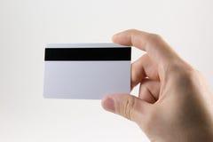 Hand die een plastic kaart op een witte achtergrond houden Royalty-vrije Stock Afbeeldingen