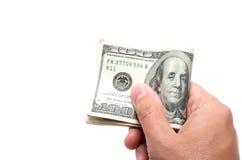 Hand die een reeks bankbiljetten met 100 dollars op bovenkant houden Royalty-vrije Stock Fotografie