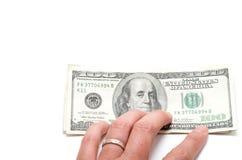 Hand die een reeks bankbiljetten met 100 dollars op bovenkant houden Royalty-vrije Stock Afbeelding