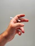 Hand die een sigaret houdt Royalty-vrije Stock Foto's