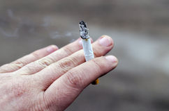 Hand die een sigaret houdt Royalty-vrije Stock Foto