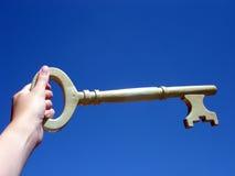 Hand die een sleutel houdt royalty-vrije stock afbeelding