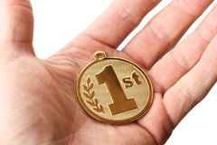 Hand die een 1st plaats gouden kenteken standhouden Royalty-vrije Stock Foto's