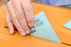 Hand die een stemmingsstemming in een groef van doos zet Royalty-vrije Stock Afbeelding