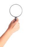 Hand die een vergrootglas houdt Stock Foto