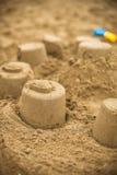 Hand die een zand maken het gebruiken van vormen vormen stock foto