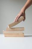 Hand, die ein Buch auswählt Lizenzfreie Stockbilder