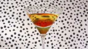 Hand, die ein Cocktail-Getränk nimmt stock video footage