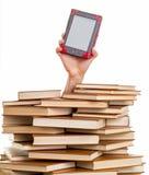 Hand, die ein elektronisches Buch hält lizenzfreie stockbilder