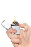 Hand, die ein Feuerzeug anhält Stockfotografie