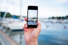 Hand, die ein Foto mit intelligentem Telefon macht Lizenzfreie Stockfotografie