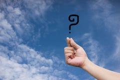 Hand, die ein Fragezeichen hält Lizenzfreie Stockbilder