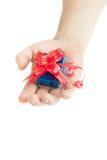 Hand, die ein Geschenk gibt Lizenzfreie Stockfotos