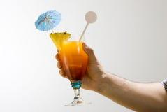 Hand, die ein Getränk anhält Stockbilder