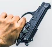 Hand, die ein Gewehrschießenkonzept hält lizenzfreies stockfoto