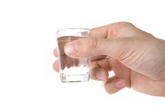 Hand, die ein Glas anhält. Stockbild
