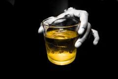 Hand, die ein Glas Whisky anhält stockfotos