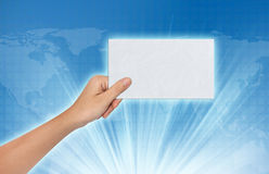 Hand, die ein leeres Papier hält Stockfoto