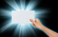 Hand, die ein leeres Papier hält Lizenzfreies Stockbild