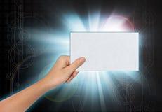 Hand, die ein leeres Papier hält Stockfotografie