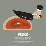 Hand, die ein Messer hält, um Schweinekotelett zu schneiden. Stockbild