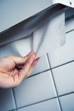 Hand, die ein Papiergewebe zerreißt Lizenzfreie Stockfotografie
