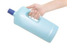 Hand, die ein Reinigungsmittel hält lizenzfreies stockfoto