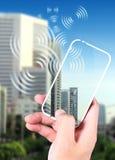 Hand, die ein smartphone anhält Lizenzfreies Stockfoto