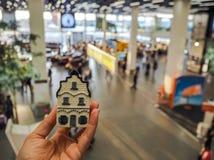 Hand, die ein traditionelles niederländisches Haus im Delfter Blau-Porzellan hält lizenzfreie stockbilder