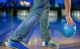 Hand, die eine Bowlingkugel hält Stockfotos