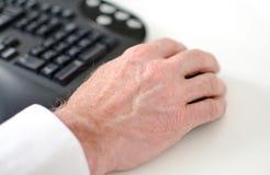 Hand, die eine Computermaus hält Lizenzfreies Stockbild