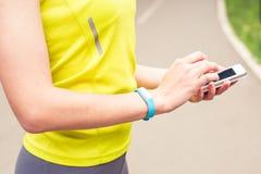 Hand, die eine Eignung aufspürt Armbinde trägt Lizenzfreies Stockbild