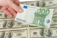 Hand, die eine Eurorechnung anhält Stockfotos