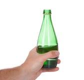 Hand, die eine Flasche Sodawasser anhält Lizenzfreies Stockbild