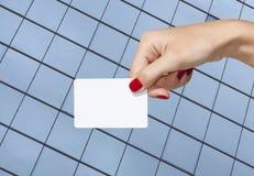 Hand, die eine leere Visitenkarte anhält Lizenzfreie Stockfotos