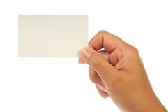 Hand, die eine leere Visitenkarte anhält Stockbilder