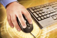 Hand, die eine Maus hält lizenzfreies stockfoto
