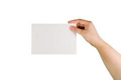 Hand, die eine Papierkarte anhält Stockbild
