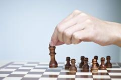 Hand, die eine Schachfigur bewegt Stockfotos