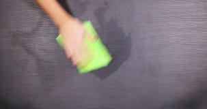 Hand, die eine Tabelle mit Feuchtpflegetuch säubert stock video