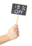 Hand, die eine Tafelbildschirmanzeige 15-Prozent-Zeichen anhebt Lizenzfreies Stockfoto