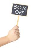 Hand, die eine Tafelbildschirmanzeige 50-Prozent-Zeichen anhebt Lizenzfreies Stockbild