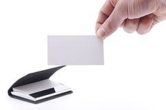 Hand, die eine unbelegte Papierkarte anhält Lizenzfreies Stockfoto