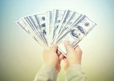 Hand, die eine Verbreitung des Bargeldes anzeigt Stockfotos