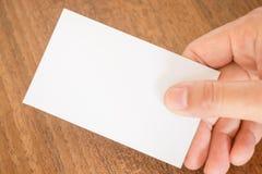 Hand, die eine Visitenkarte anhält Lizenzfreie Stockfotos