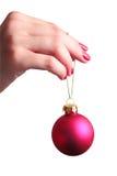 Hand, die eine Weihnachtskugel anhält Stockfotos
