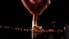 Hand, die eine Zigarette quetscht stock footage
