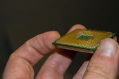 Hand, die einen alten Prozessor hält Stockfoto